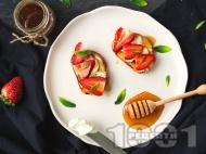 Рецепта Френски тост (пържени филийки) с ягоди, мед и маскарпоне